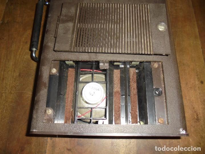 Gramófonos y gramolas: ANTIGUO TOCADISCOS RADIOLA. RED-PILAS RA 8110 T. TRAE CABLE PARA PONER EN LA RED. 40 X 21 X 8 CM - Foto 3 - 125326391
