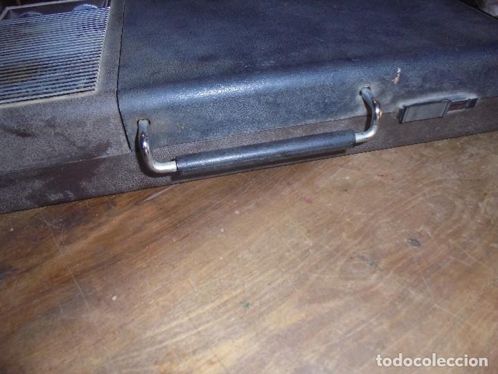 Gramófonos y gramolas: ANTIGUO TOCADISCOS RADIOLA. RED-PILAS RA 8110 T. TRAE CABLE PARA PONER EN LA RED. 40 X 21 X 8 CM - Foto 5 - 125326391