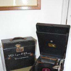 Gramófonos y gramolas: ANTIGUO GRAMÓFONO PORTATIL ¨HIS MASTERS VOICE¨ HMV 102C, 1932, FUNCIONANDO PERFECTO. MALETA 29 DISC.. Lote 126228871