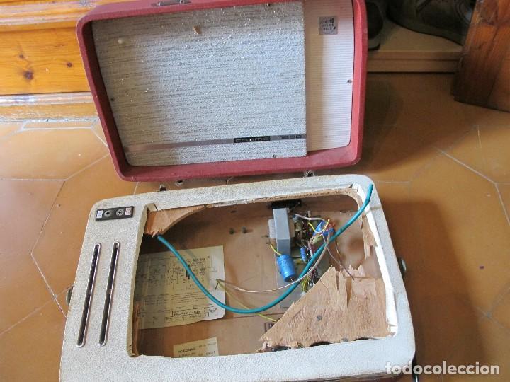 Gramófonos y gramolas: Radio tocadiscos maleta marca cosmo para piezas - Foto 9 - 130104995