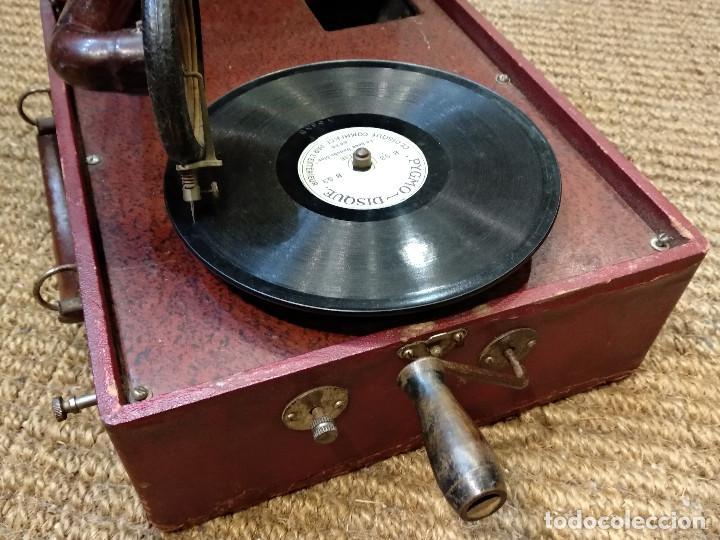 Gramófonos y gramolas: ANTIGUO GRAMÓFONO DE MALETA MARCA TRIUMPHON PARA DISCOS DE PIEDRA PEQUEÑOS - Foto 4 - 132507622