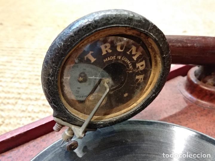 Gramófonos y gramolas: ANTIGUO GRAMÓFONO DE MALETA MARCA TRIUMPHON PARA DISCOS DE PIEDRA PEQUEÑOS - Foto 5 - 132507622