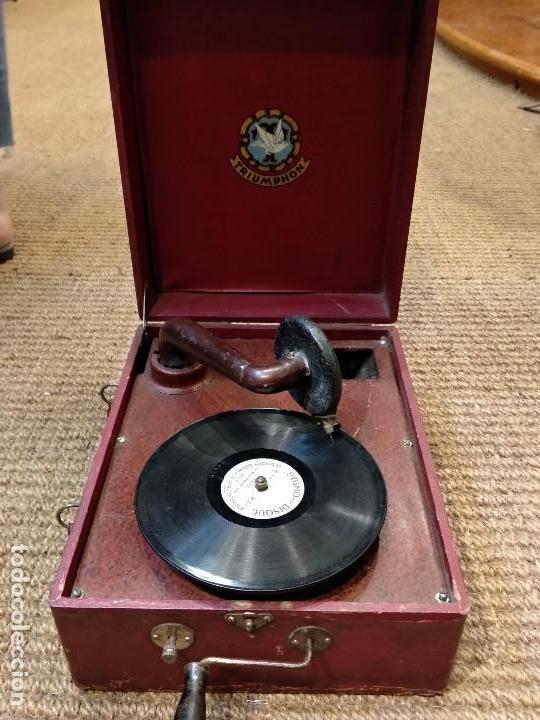 Gramófonos y gramolas: ANTIGUO GRAMÓFONO DE MALETA MARCA TRIUMPHON PARA DISCOS DE PIEDRA PEQUEÑOS - Foto 8 - 132507622