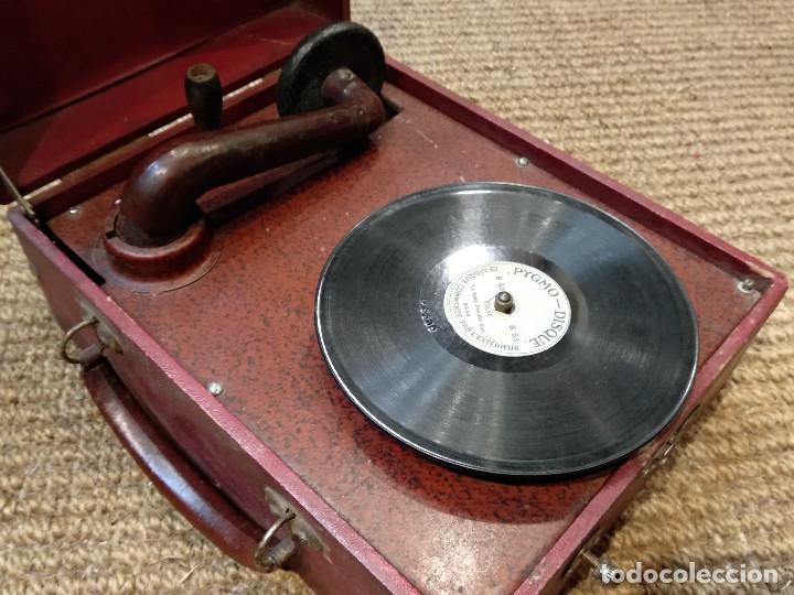 Gramófonos y gramolas: ANTIGUO GRAMÓFONO DE MALETA MARCA TRIUMPHON PARA DISCOS DE PIEDRA PEQUEÑOS - Foto 9 - 132507622