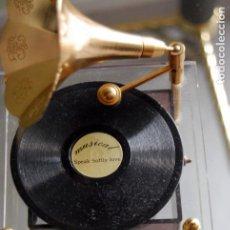 Gramófonos y gramolas: CAJA DE MÚSICA A CUERDA EN FORMA DE GRAMÓFONO MELODIA SPEAK SOFTLY LOVE ( EL PADRINO) FUNCIONANDO.. Lote 132630438