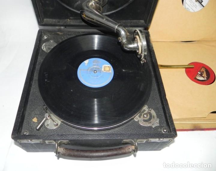 Gramófonos y gramolas: Antiguo gramofono de maleta Decca, Inglatera, junto con 10 discos de pizarra en álbum (ver fotografi - Foto 2 - 132976478