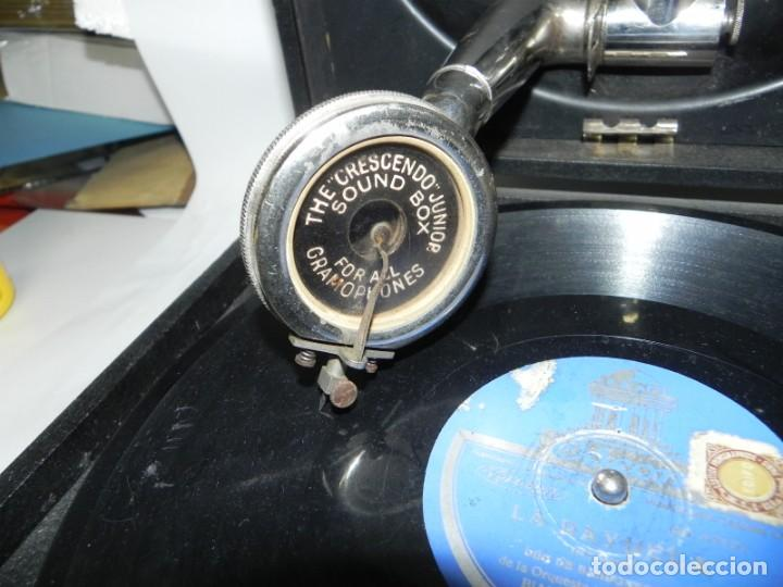 Gramófonos y gramolas: Antiguo gramofono de maleta Decca, Inglatera, junto con 10 discos de pizarra en álbum (ver fotografi - Foto 4 - 132976478