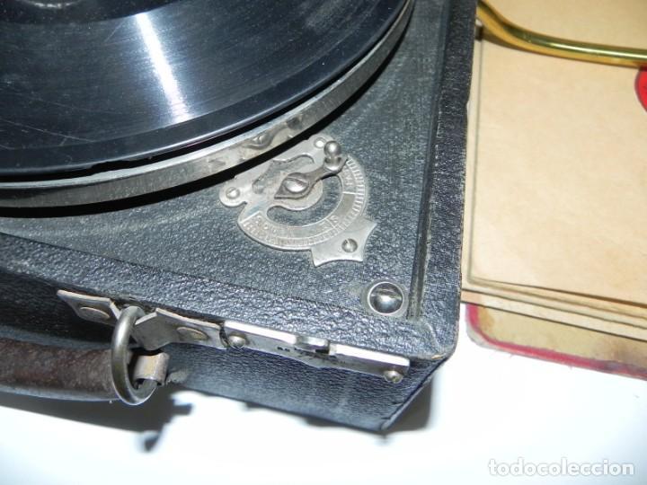 Gramófonos y gramolas: Antiguo gramofono de maleta Decca, Inglatera, junto con 10 discos de pizarra en álbum (ver fotografi - Foto 6 - 132976478