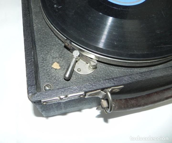 Gramófonos y gramolas: Antiguo gramofono de maleta Decca, Inglatera, junto con 10 discos de pizarra en álbum (ver fotografi - Foto 7 - 132976478