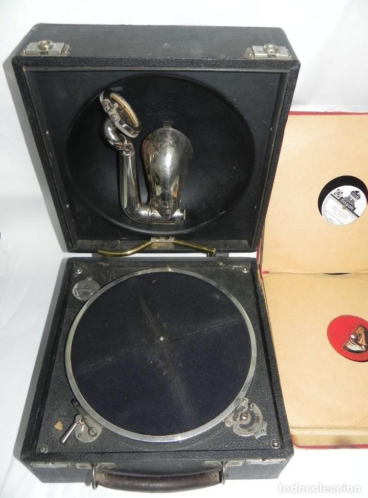 Gramófonos y gramolas: Antiguo gramofono de maleta Decca, Inglatera, junto con 10 discos de pizarra en álbum (ver fotografi - Foto 9 - 132976478