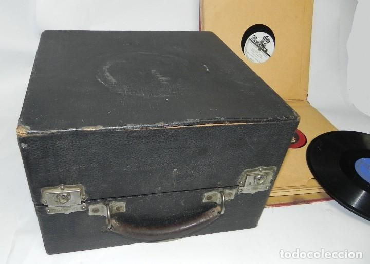 Gramófonos y gramolas: Antiguo gramofono de maleta Decca, Inglatera, junto con 10 discos de pizarra en álbum (ver fotografi - Foto 10 - 132976478