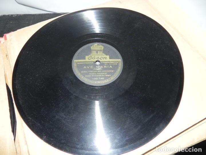 Gramófonos y gramolas: Antiguo gramofono de maleta Decca, Inglatera, junto con 10 discos de pizarra en álbum (ver fotografi - Foto 13 - 132976478