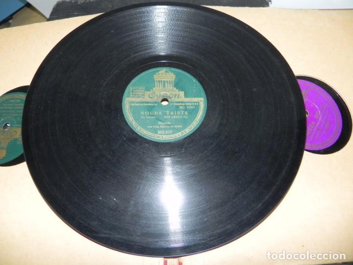 Gramófonos y gramolas: Antiguo gramofono de maleta Decca, Inglatera, junto con 10 discos de pizarra en álbum (ver fotografi - Foto 27 - 132976478