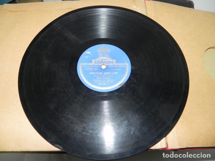 Gramófonos y gramolas: Antiguo gramofono de maleta Decca, Inglatera, junto con 10 discos de pizarra en álbum (ver fotografi - Foto 29 - 132976478