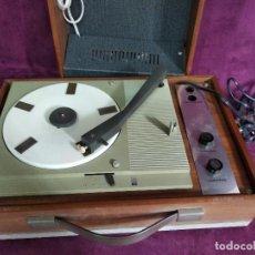 Gramófonos y gramolas: ANTIGUO TOCADISCOS PORTÁTIL EN MALETÍN DE MADERA, HECHO EN BÉLGICA. Lote 133199554