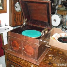 Gramófonos y gramolas: GRAMOLA ANTIGUA CAJA DE MADERA CON TAPA MEDIDA 47 X 47 X 36 CM. JUAN RIPOLLES TELEFONÍA GENERAL. Lote 133341466
