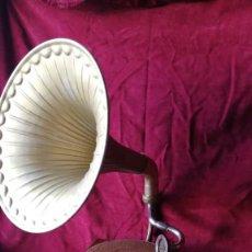 Gramófonos y gramolas: GRAMÓFONO AÑOS 20 MADERA DE NOGAL Y TROMPA DE LATON- VER FOTOS Y VIDEO. Lote 133726606