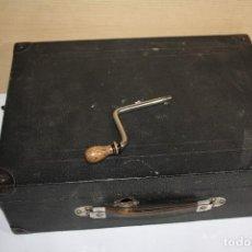 Gramófonos y gramolas: GRAMOLA DE MALETA CREMONA PARA ARREGLAR O PARA PIEZAS. Lote 133854646