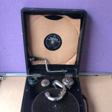 Gramófonos y gramolas: MAGNIFICO GRAMOFONO DE MALETA EN PERFECTO FUNCIONAMIENTO Y DISCO DE PIZARRA DE REGALO. Lote 135541050