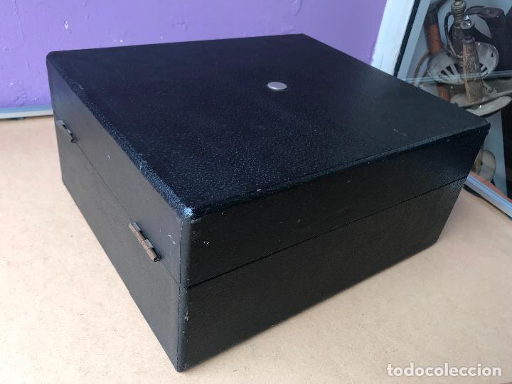 Gramófonos y gramolas: Magnifico gramofono de maleta en perfecto funcionamiento y disco de pizarra de regalo - Foto 7 - 135541050