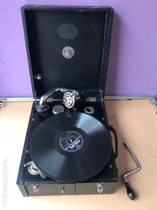 Gramófonos y gramolas: Magnifico gramofono de maleta en perfecto funcionamiento y disco de pizarra de regalo - Foto 10 - 135541050