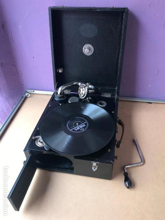 Gramófonos y gramolas: Magnifico gramofono de maleta en perfecto funcionamiento y disco de pizarra de regalo - Foto 11 - 135541050