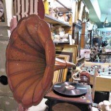 Gramófonos y gramolas: IMPRESIONANTE GRAMOLA DE SALON TROMPA ROJA-NARANJA PERFECTO FUNCIONAMIENTO. Lote 136213790