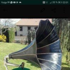 Gramófonos y gramolas: GRAMÓFONO MONARCH HMV CON REPRODUCTOR PARA DISCOS PATHE. Lote 147392316