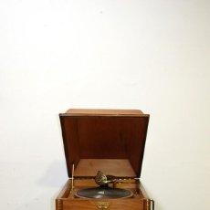 Gramófonos y gramolas: GRAMÓFONO ANTIGUO CON MUEBLE DE MADERA. Lote 149283582