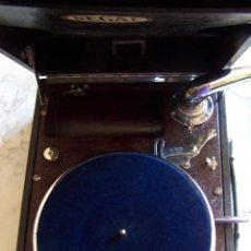Gramófonos y gramolas: GRAMÓFONO DE MALETA REGAL, FUNCIONANDO.. Lote 151152266