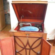 Gramófonos y gramolas: LOTE GRAMOLA Y MUEBLE CON DISCOS DE PIZARRA. Lote 158753334