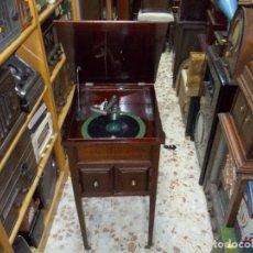 Gramófonos y gramolas: GRAMOFONO DE MUEBLE FUNCIONANDO. Lote 167037448