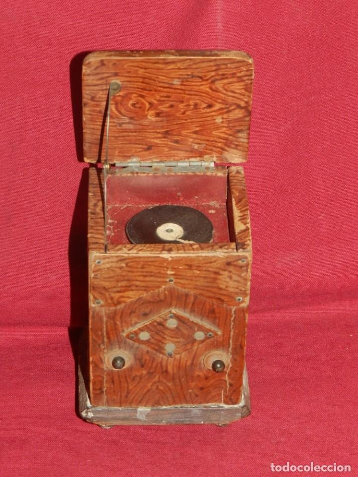 (M) GRAMOFONO EN MINIATURA DE MADERO PRICNIPIOS AÑOS 20, GRAMOFONO ARTE POPULAR (Radios, Gramófonos, Grabadoras y Otros - Gramófonos y Gramolas)
