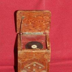Gramófonos y gramolas: (M) GRAMOFONO EN MINIATURA DE MADERO PRICNIPIOS AÑOS 20, GRAMOFONO ARTE POPULAR. Lote 175688809