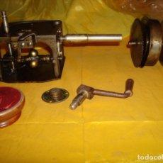 Gramófonos y gramolas: MOTOR DE GRAMOFONO, MANIVELA Y LIMPIADOR DE DISCOS DE PIZARRA. Lote 178044747