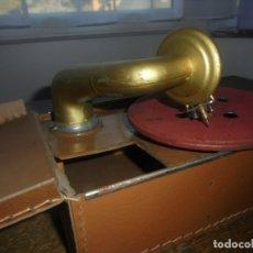 Gramófonos y gramolas: ANTIGUO GRAMÓFONO INFANTIL HOJALATA Y CUERO LUJO BING ? O CARETE ? PP. DEL XX REGALO DISCO,350,00. Lote 181027153