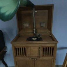 Gramófonos y gramolas: GRAMÓFONO ANTIGUO PARA GRANDES LOCALES FUNCIONA CON MONEDAS DE CUERDA. Lote 181442835