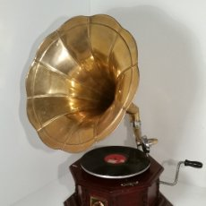Gramófonos y gramolas: GRAMOLA, FUNCIONANDO. Lote 181951245
