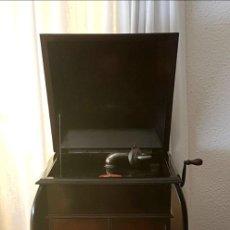 Gramófonos y gramolas: GRAMÓFONO + 29 DISCOS PIZARRA + CAJA AGUJAS. Lote 183553613