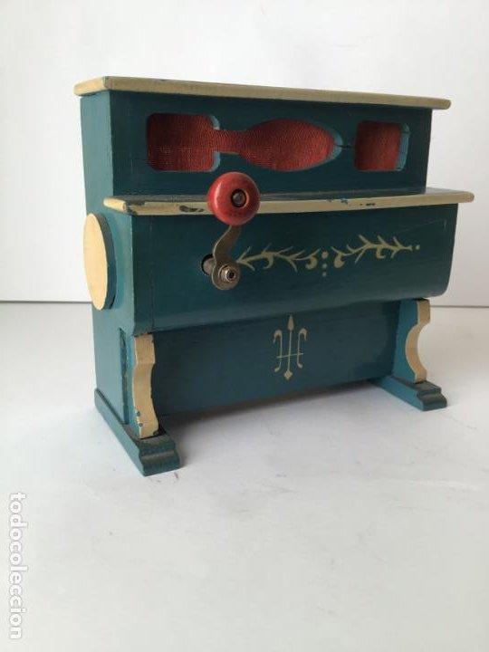 Gramófonos y gramolas: ANTIGUO ORGANILLO- PIANOLA , FUNCIONANDO , CON SU MANIVELA EN METAL , 1927 , EL GATO MONTES - Foto 9 - 190035581