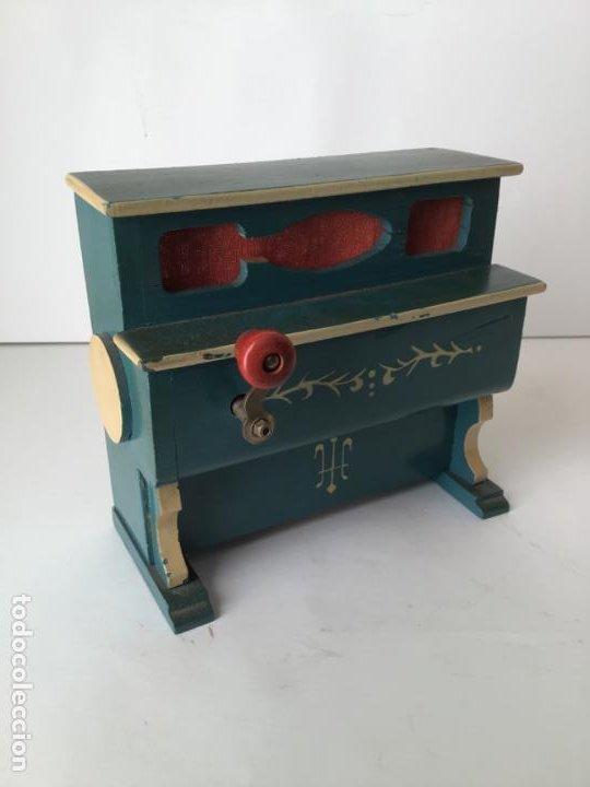 Gramófonos y gramolas: ANTIGUO ORGANILLO- PIANOLA , FUNCIONANDO , CON SU MANIVELA EN METAL , 1927 , EL GATO MONTES - Foto 12 - 190035581