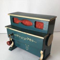 Gramófonos y gramolas: ANTIGUO ORGANILLO- PIANOLA , FUNCIONANDO , CON SU MANIVELA EN METAL , 1927 , EL GATO MONTES . Lote 190035581
