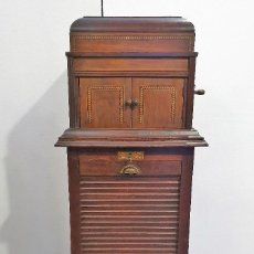 Gramófonos y gramolas: ANTIGUO GRAMOFONO CON MUEBLE PARA DISCOS. Lote 193198801