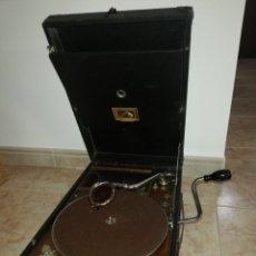Gramófonos y gramolas: GRAMOFONO DE MALETA LA VOZ DE SU AMO 101-G, AGUJAS Y 12 DISCOS DE PIZARRA. Lote 193923141