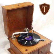 Gramófonos y gramolas: FABULOSO GRAMÓFONO/GRAMOLA ALEMANA ANTIGUA (FUNCIONANDO), CON DISCO Y CAJA DE AGUJAS. Lote 195097542