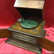 Gramofones e jukeboxes: GRAMÓFONO MARCA JUMBO EN MADERA. Lote 195721233