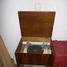 Gramófonos y gramolas: MUEBLE CON TOCADISCOS Y RADIO CASSETTE PARA COLECCIONISTA. Lote 198784996