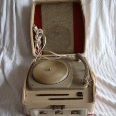 Gramófonos y gramolas: TOCADISCOS VINTAGE COSMO MALETA 125 V BRAZO DUAL PARA DECORACIÓN.. Lote 198816600
