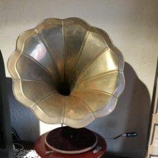 Gramófonos y gramolas: ANTIGUO GRAMOFONO LA VOZ DE SU AMO CON TROMPETA DE LATÓN Y CAJA COLOR CAOBA PRINCIPIOS DE SIGLO. Lote 205074047