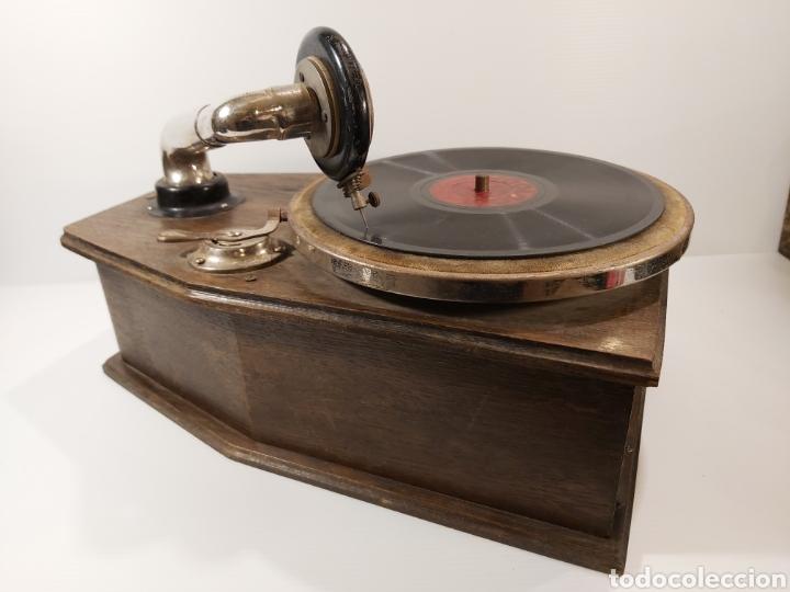 Gramófonos y gramolas: ANTIGUO GRAMÓFONO DE PEQUEÑAS DIMENSIONES - Foto 3 - 205673528